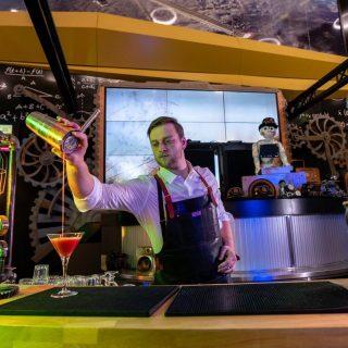 Toute la semaine, venez décompresser à La Fabrica autour d'un verre et profiter d'une programmation au top : musique, concerts et DJs gratuits du jeudi au samedi.Notre restaurant La Fabrica vous attend 7j/7 de 11h à 22h dans le centre @explorityverdon. #food #bar #afterwork #livemusic #yverdon #explorit #explorityverdon #vaud #cocktails #barkeeper #restaurant