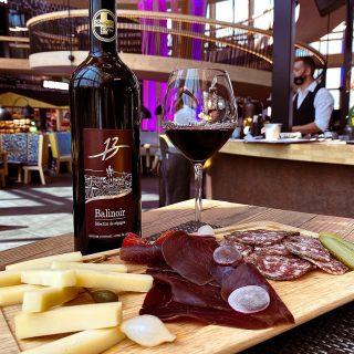 On vous présente la planchette «entre amis» et son vin régional ! 🍷Venez profiter d'un moment convivial à La Fabrica 😊