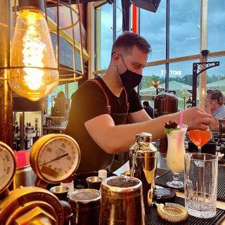 Cocktails avec ou sans alcool, nos barmen sont aux petits soins pour vous proposer vos boissons préférées 🍸🍹